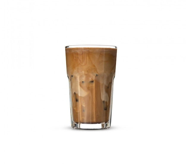 Café glacé en verre sur fond blanc