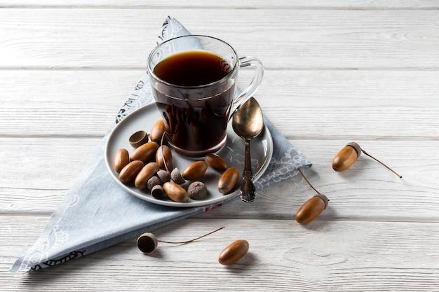 Le café gland dans un verre est une boisson tonique avec une saveur de café, une couleur riche et un arôme agréable.