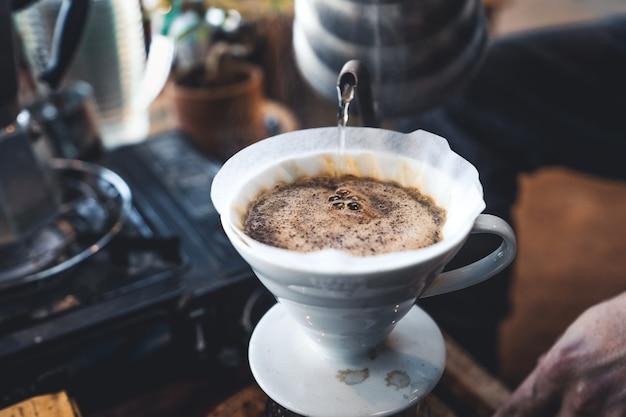 Café goutte à goutte dans un café rustique le matin
