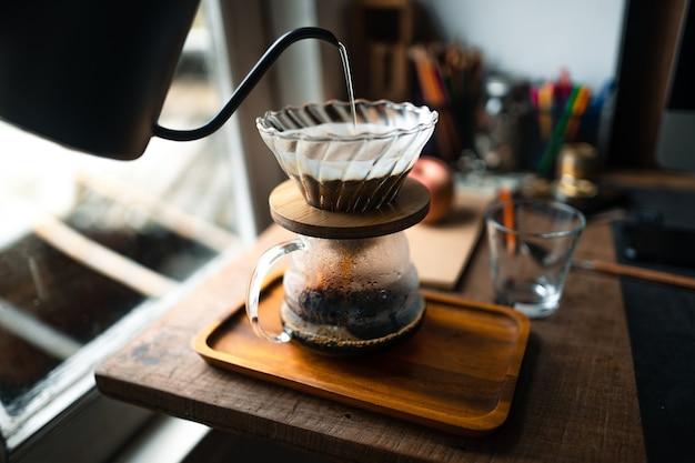 Café goutte à goutte dans la maison,verser une eau chaude sur un café filtre