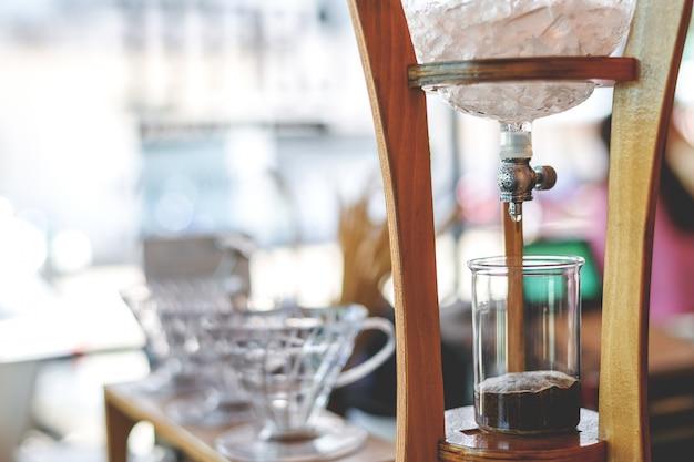 Café goutte à goutte froid avec flou artistique et sur fond de lumière