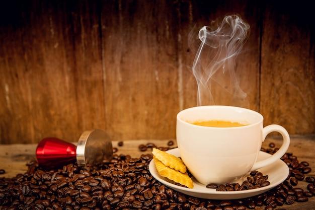 Café avec grain de café sur fond en bois et table en bois