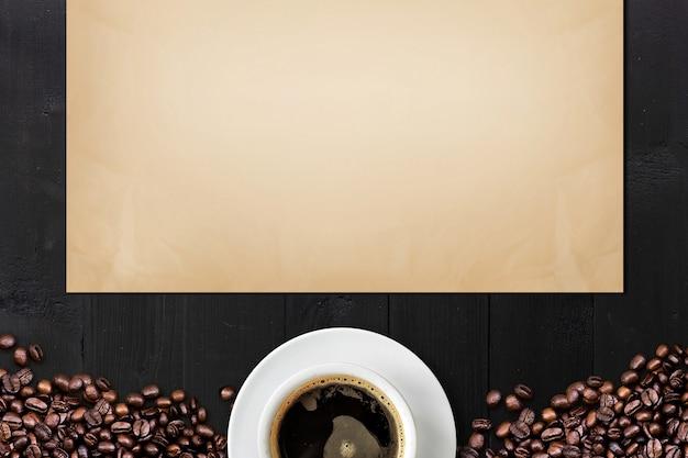 Café en grain et papier vintage sur table en bois noir