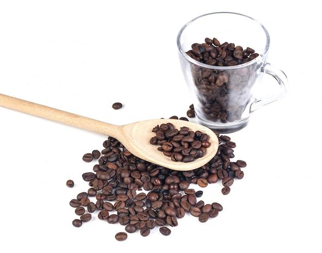 Café en grains sur blanc