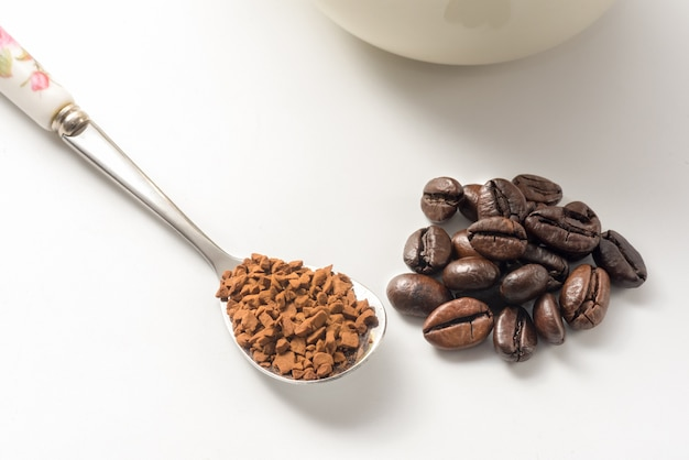 Café instantané en cuillère par rapport aux grains de café