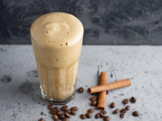 Café instantané fouetté dessert sucré et délicieux dans un verre