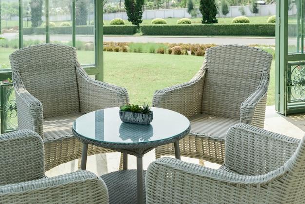 Café intérieur confortable dans le jardin.