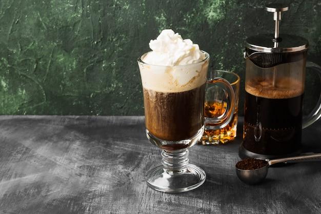 Café irlandais avec du whisky