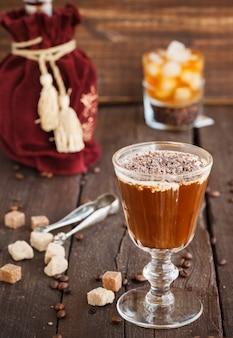 Café irlandais avec grains de café, whisky et crème