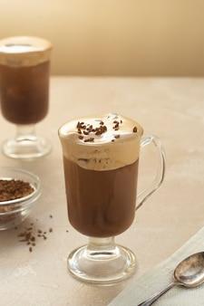 Café et lait. délicieuse boisson au café avec glace et crème fouettée