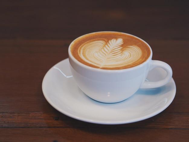 Café latte art dans un café avec espace de copie.