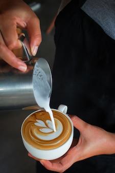 Café latte art, verser le lait