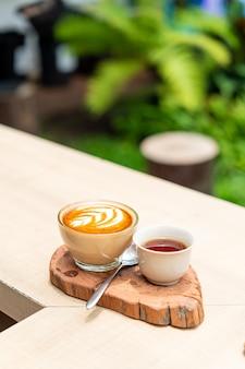 Café latte chaud et tasse de thé