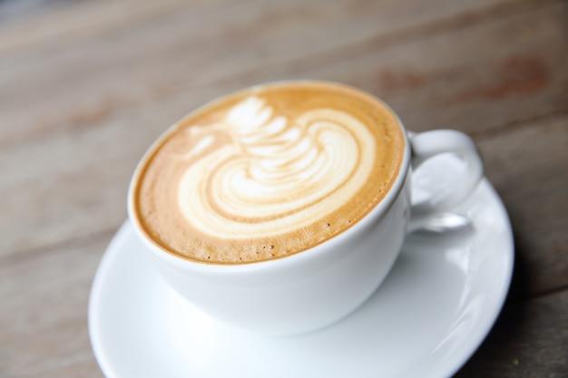 Café latte sur fond de bois