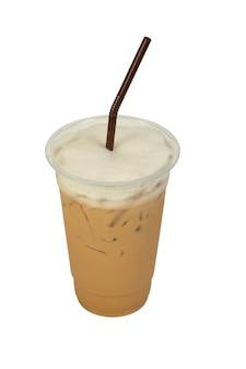 Café latte glacé isolé sur blanc.
