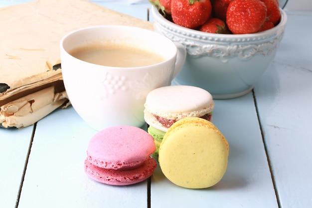 Café macaron vieux livre rétro vintage français dessert eco bio mode de vie sain doux sélectif focus