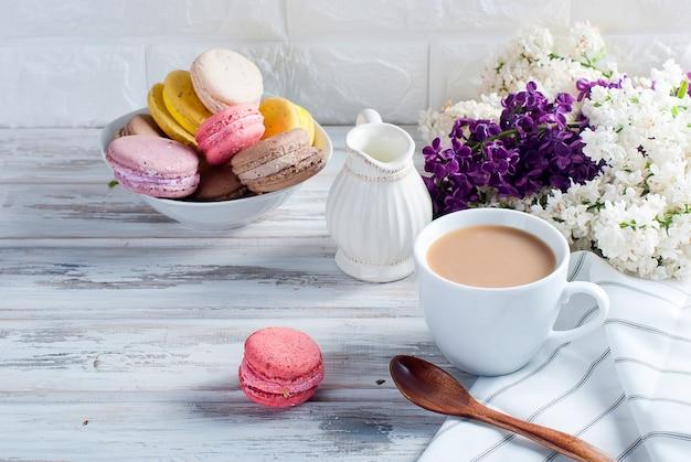 Café et macaruns sur blanc