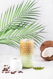 Café matcha glacé au lait de coco et glace sur fond blanc