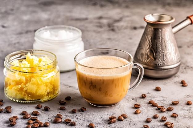 Café mélangé avec du beurre de ghee et de l'huile de noix de coco mct, paléo, céto, petit-déjeuner de boisson cétogène.