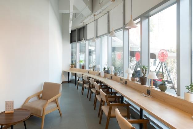 Un café minimal avec de grandes fenêtres.