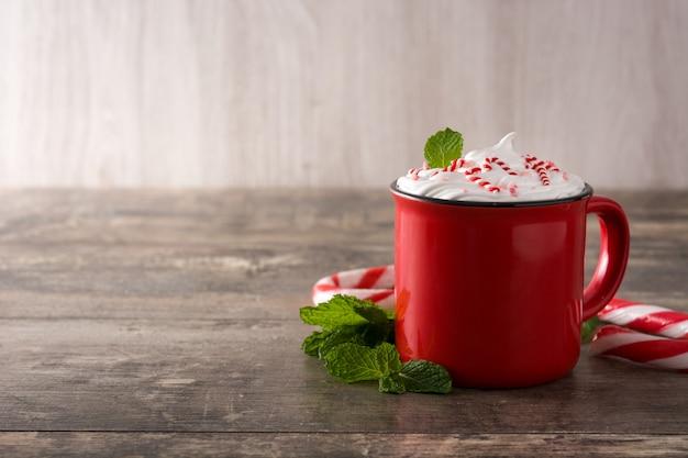 Café moka à la menthe décoré de cannes de bonbon pour noël sur table en bois