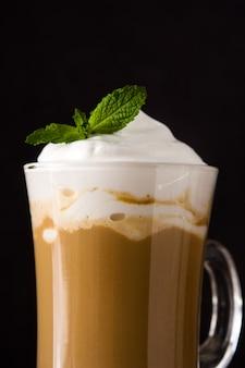 Café moka à la menthe pour noël sur fond noir