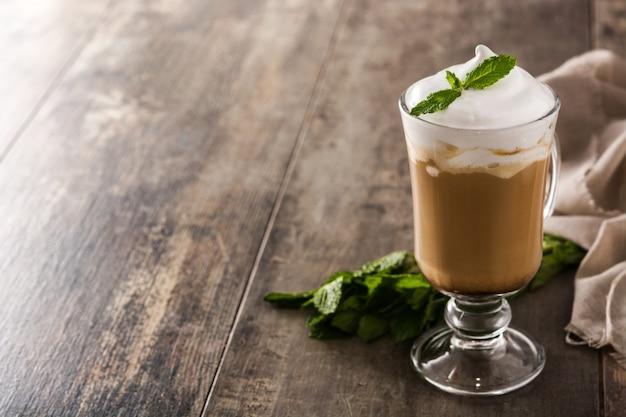 Café moka à la menthe pour noël sur table en bois espace copie