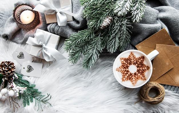 Café avec un motif de flocon de neige et décorations de noël