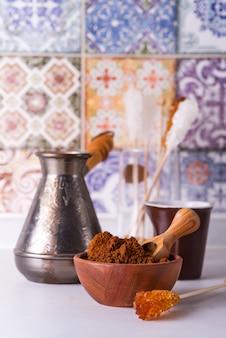 Café moulu dans un bol en bois avec du sucre brun