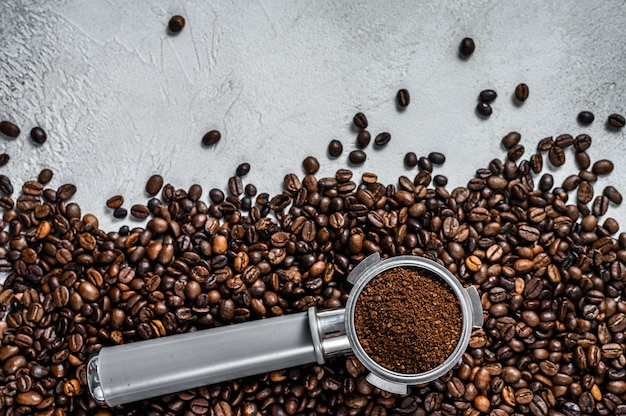 Café moulu dans le porte-filtre pour expresso avec grains de café