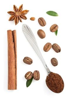 Café moulu et grains isolés sur une surface blanche