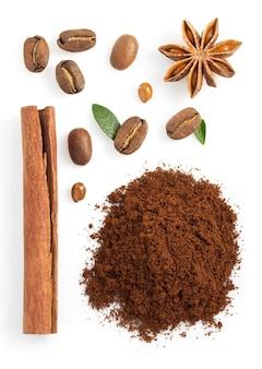 Café moulu et haricots isolés sur blanc