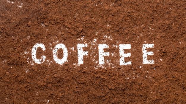 Café moulu de machine à café isolé sur fond blanc