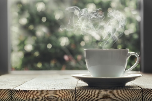 Le café n'est pas un rebord de fenêtre en bois