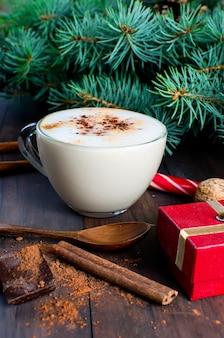 Café de noël avec des branches de cacao de lait épinette