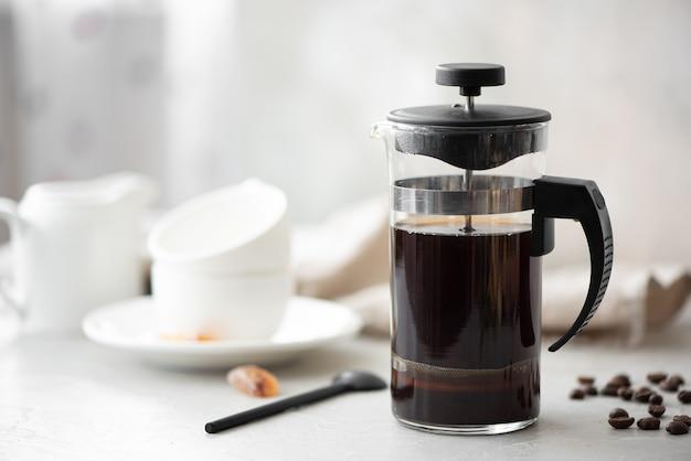 Café noir chaud dans une cafetière en verre