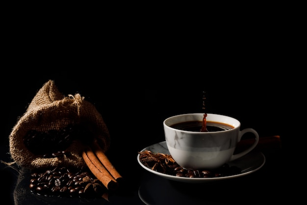 Café noir chaud dans une tasse de marbre blanc