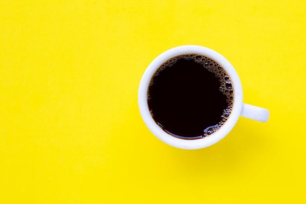 Café noir chaud sur jaune.