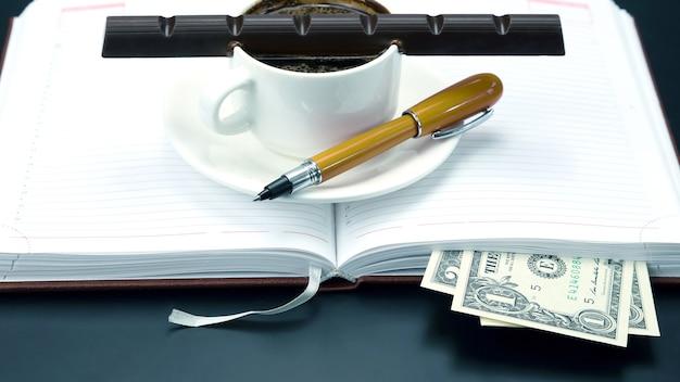 Café noir et chocolat sur la table d'un homme d'affaires. boisson chaude