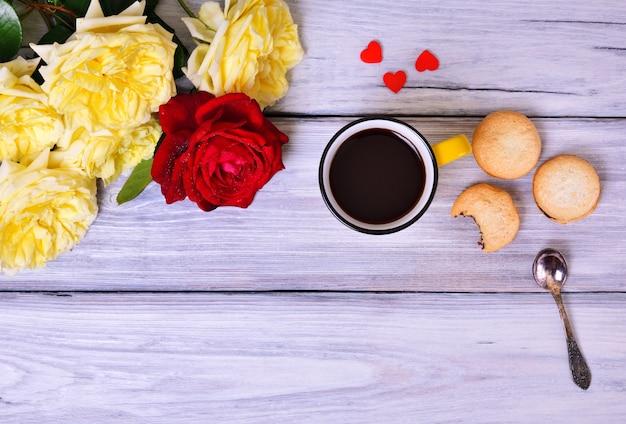 Café noir dans une tasse jaune