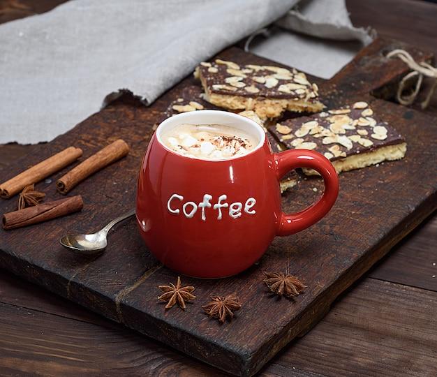 Café noir à la guimauve dans une tasse en céramique rouge