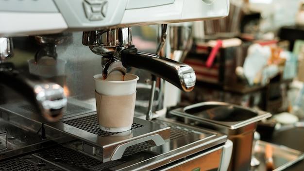 Café noir matin sur machine à café