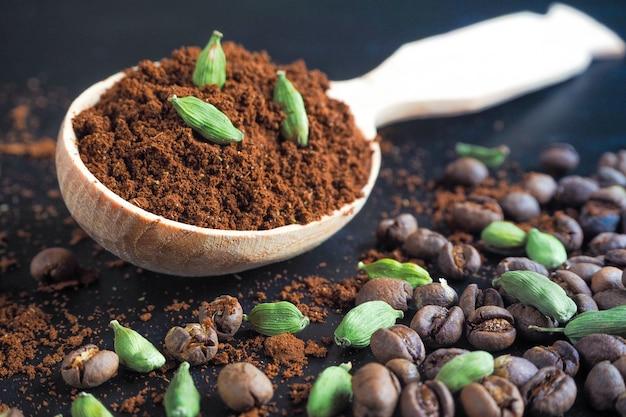 Café noir moulu et cardamome. la boisson arabe traditionnelle.