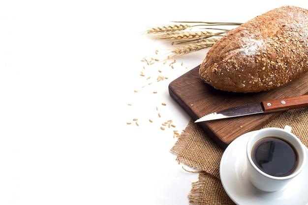 Café noir et pain de blé entier pour le petit-déjeuner sur fond blanc