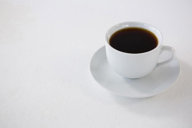 Café noir servi dans une tasse blanche