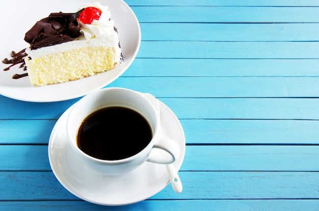 Café noir sur une tasse blanche et un gâteau