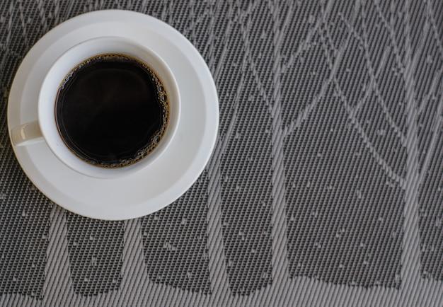 Café noir sur la vue de dessus de table grise avec espace de copie