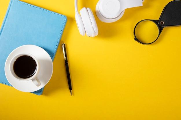 Café sur ordinateur portable avec écouteurs sur table
