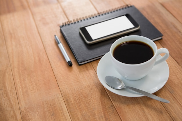 Café avec organisateur et téléphone portable