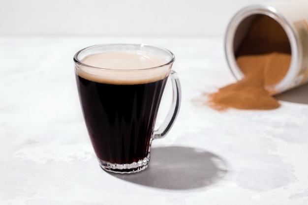 Café d'orge noir instantané sur fond clair